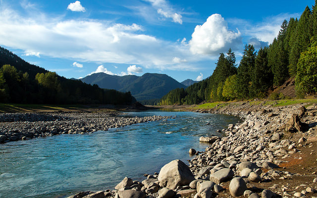 美しい山々と川
