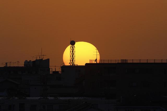 街に沈む太陽