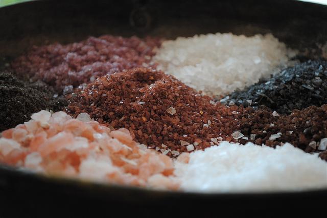 さまざまな色の塩