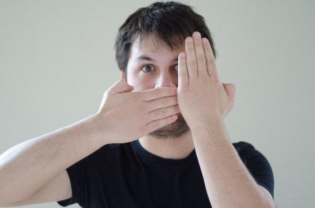 髭を隠す外国人男性