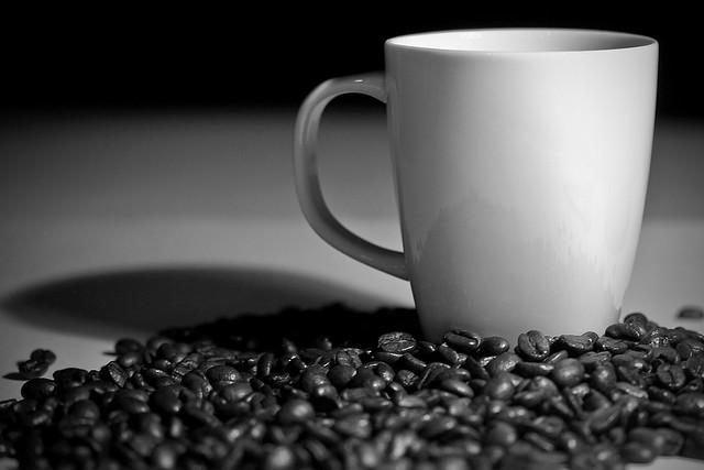 コーヒーカップとコーヒー豆のモノクロ