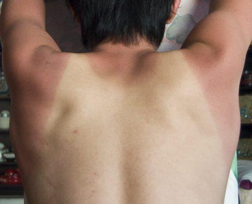 日焼けした男性の背中