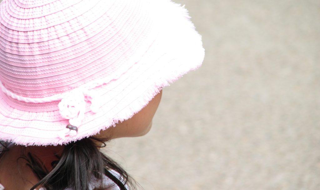 帽子をかぶる少女
