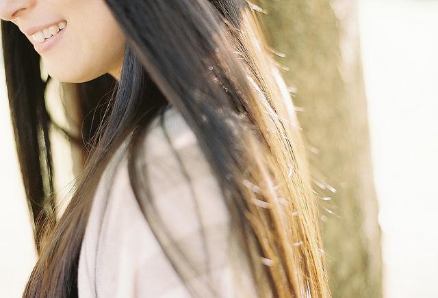 光が流れる女性の長い髪