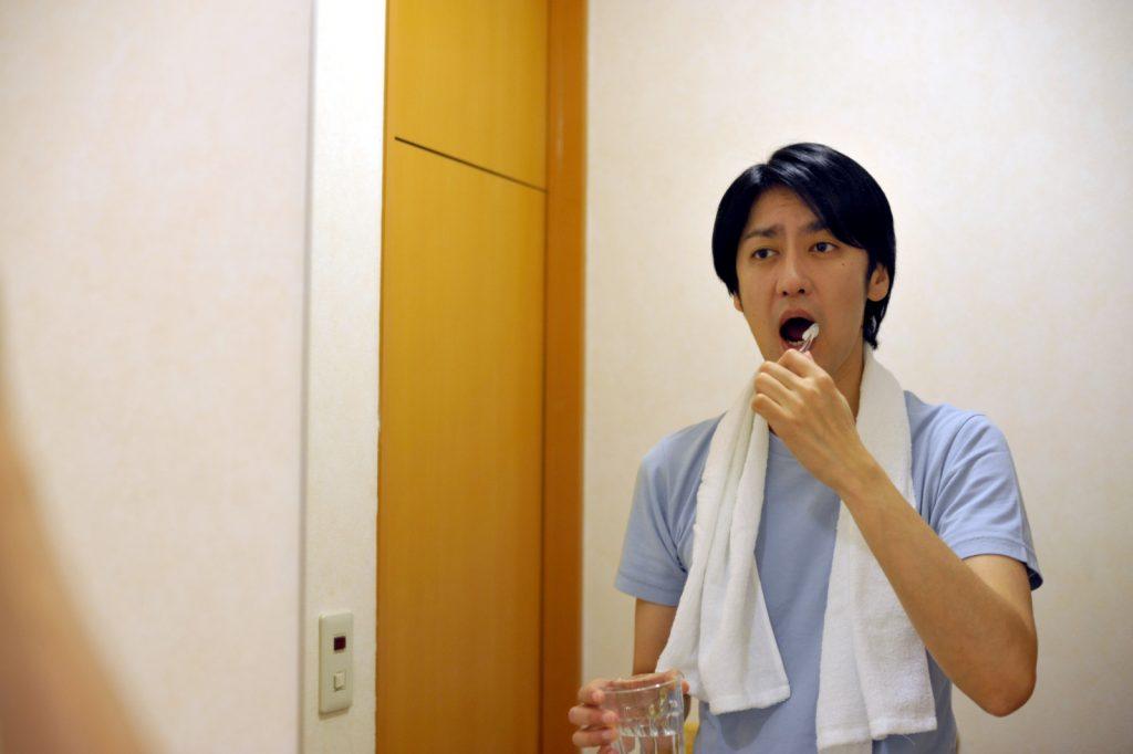 歯磨きしている男性